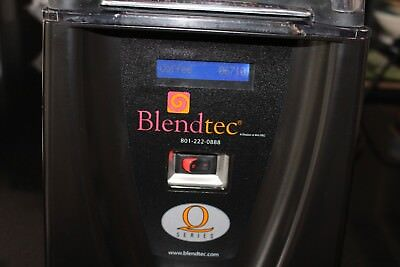 Blendtec Q  Smoothie Machine and soundprood encloser and 5 Bendtec Jugs LOW USE