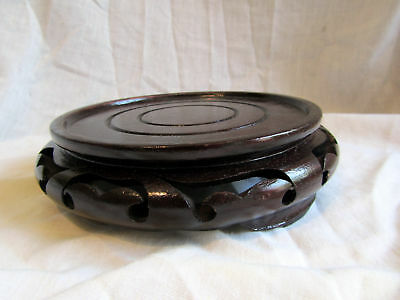 A VINTAGE WOODEN CHINESE VASE STAND 17cm diameter
