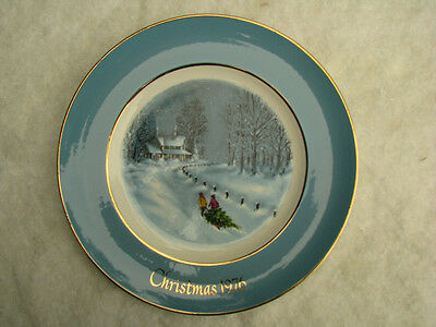 Avon Christmas 1976 collector plate / Snow tree cozy house / 8 3/4""