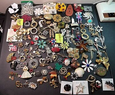HUGE Lot of 135+ vtg to now brooches/Pins/Clips. Some are signed. Lot 680