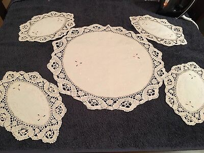 lot 4 vintage doilies with matching centrepiece (duchess) cream doyleys