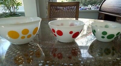 Set of three vintage multicoloured spotted Pyrex nesting bowls