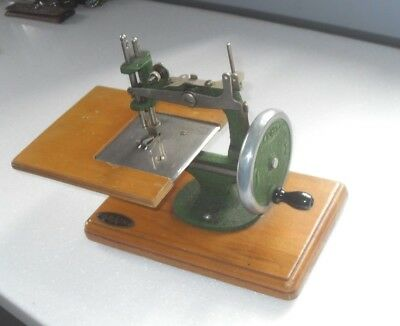 VINTAGE 1940/50s GRAIN MK1 MINIATURE SEWING MACHINE IN GREEN