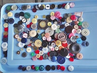 INCREDIBLE MIX! 200 pcs MIXED LOT OLD-VINTAGE & NEW Buttons ALL TYPES & SIZES 4