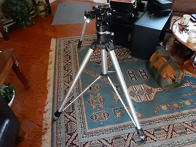 BOGAN 3051 heavy duty Tripod with the 3063 head.  Excellent condition