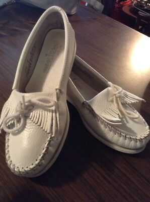 Minnetonka womens white moccasin fringe Sz 7M loafer leather sandal slip on