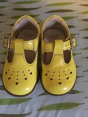 Girls Smart Clarks Yellow Patent Leather T Bar Dabi leila Shoes 4 f