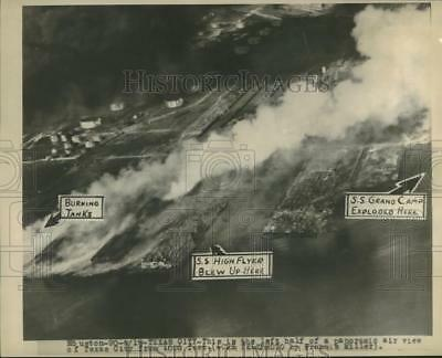 1947 Press Photo Aerial View of Texas City after explosions of ships with smoke