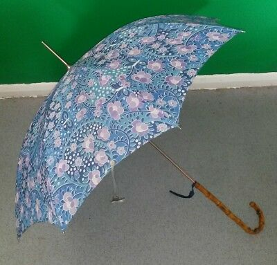 A STUNNING VINTAGE 1960s  WOMEN'S UMBRELLA IN EXCELLENT CONDITION
