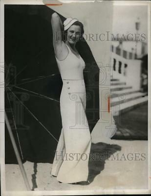 1933 Press Photo Eleanor Hammon in 3 Piece White Beach Outfit with Metal Trim