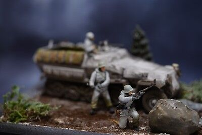 1/35 Pro-built winter diorama WWII German Hanomag SDKFZ 251 with figures