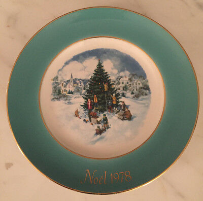 TRIMMING THE TREE PLATE 1978 CHRISTMAS Noel Gold AVON Enoch Wedgewood England