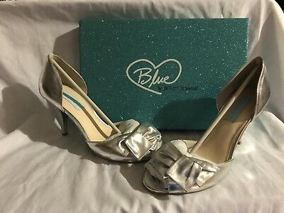 01e01eedcf68 Blue by Betsey Johnson NEW Lily Silver Metallic Side Bow Shoes 7.5M Retail   175