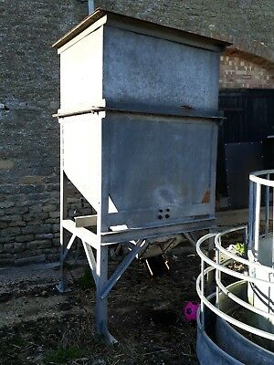 Farm Animal storage feed / tote bin with lid, holds aproximately 1-1.5 tonne