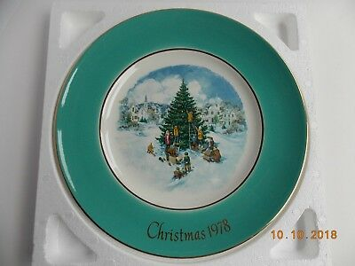 """AVON Christmas Plate 1978 """"TRIMMING THE TREE"""" - In Original Box MINT"""