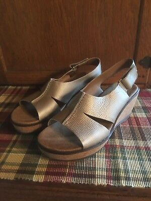 c3fadce290c6 Women s Clarks ANNADEL BARI Gold Sticking Strap Wedge Sandal Shoes 6.5  Great!