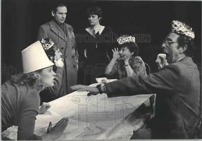 "1984 Press Photo Actors of the Milwaukee Chamber Theater in ""The Dining Room"""