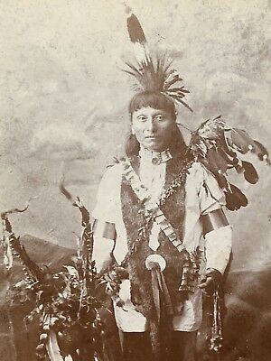 NATIVE AMERICAN INDIAN Antique CABINET CARD PHOTO 1891 Full Ceremonial Outfit !!