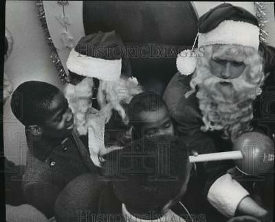 1968 Press Photo Black and White Santa's at Gimbels-Schusters Department Store
