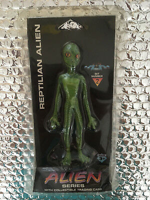 """Shadowbox Alien Series """"REPTILIEN ALIEN"""" with Collectible Trading Card 1996"""