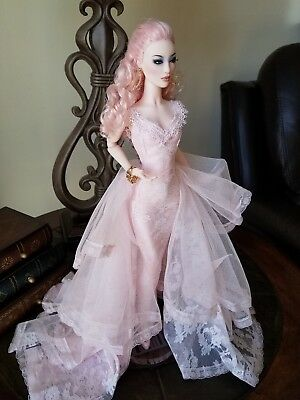 Monaeglow gown, excellent condition, gown only