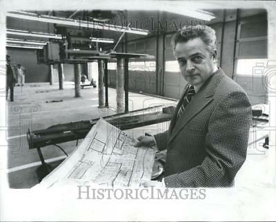 1974 Press Photo Roger Moss Manager of Sears - RRV76777