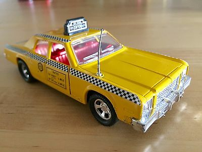 Matchbox Superkings Plymouth gran Fury taxi yellow cab nyc Made in england 1979