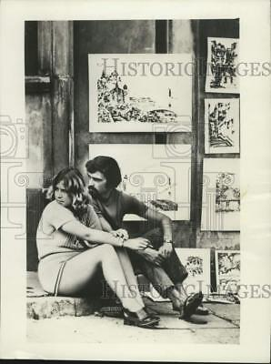 1971 Press Photo Couple looking for customers in Warsaw's Market Square