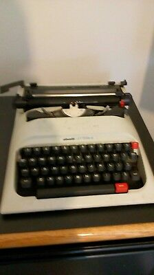 Vintage Olivetti Lettera 12 Portable Typewriter In Case