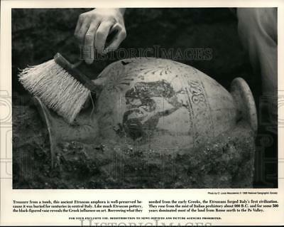 1988 Press Photo Treasure From a Tomb this Ancient Etruscan Amphora - spp00470