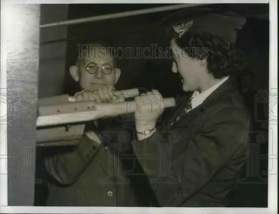 1941 Press Photo Mrs. H.B. Wiss, American Women's Volunteer Services Charles