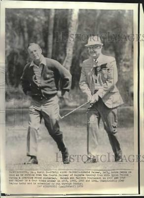 1970 Press Photo Golfers Arnold Palmer and Byron Nelson walk at the Masters