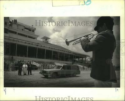 1989 Press Photo Fairground Bugler, Wes Mix, plays to hearse of Allen Lacombe