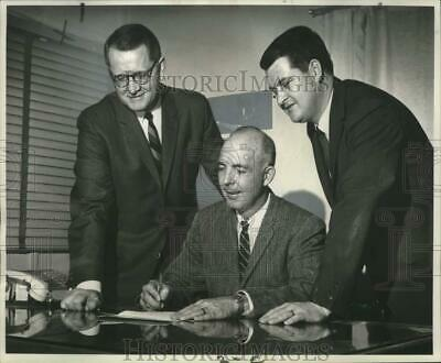 1968 Press Photo Contract signing for the operation of Superior Pontiac GMC Inc.