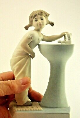 LLADRO CLEAN UP TIME - Retired Edition - Model reference 4838