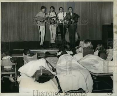 1968 Press Photo Musical Group The Brothers Four entertain Children at Hospital