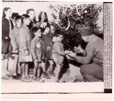 IDd WW2 US ARMY CHRISTMAS PHOTO giving candy to children in Italy 1943 WWII XMAS