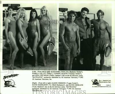 "1995 Press Photo Cast of the series ""Baywatch"" poses on the beach - hcp02771"