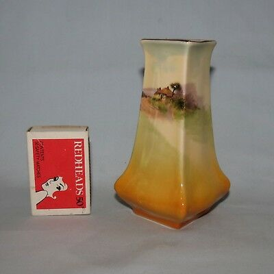 Royal Doulton English Country Cottages vase D4987 Collectable Shape 7012