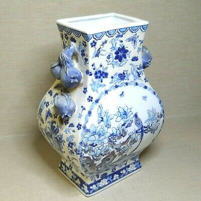Chinese porcelain vase, 20th century.  There stamped.