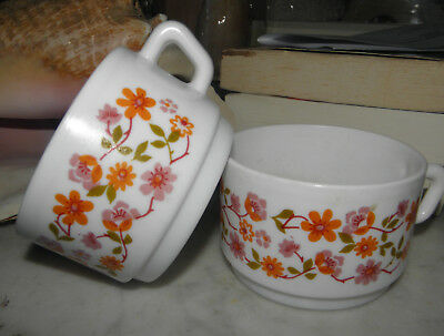 Lot de 2 grandes tasses  en arcopal..décor fleur orange 1970'....diamètre 9cm