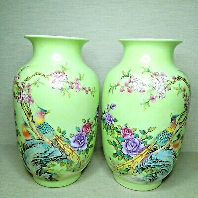 Antique A pair of Chinese porcelain vases, republic period. There stamped.