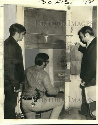 1971 Press Photo Policemen inspect a barricaded door at 5217 St. Claude Avenue