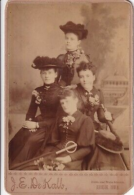 ANTIQUE CABINET CARD: 4 PRETTY GIRLS, HATS, UMBRELLAS-by J.E. DEKALB-KEOKUK,IOWA