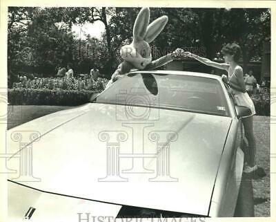 1986 Press Photo Donna Reichert receives Camaro keys from Bus Bunny at Six Flags
