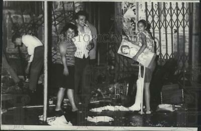 1967 Press Photo Looters everywhere during the riots in New York's east Harlem