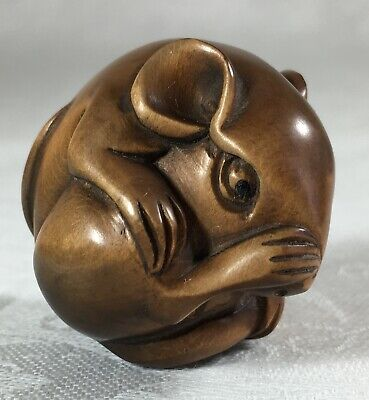Japanese wooden Netsuke, Nice detail, signed base - Mouse cleaning its nose