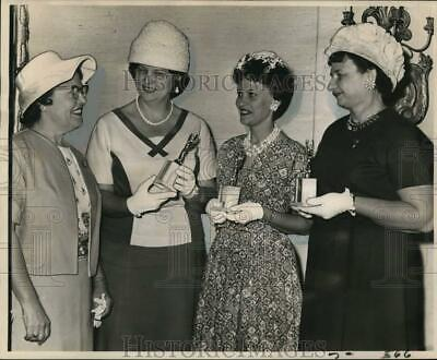 1963 Press Photo New Orleans Women's Clubs president honors members - noo73728