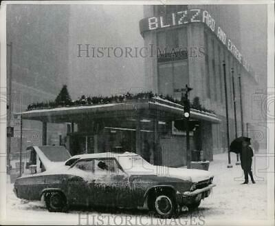 1967 Press Photo NEW YORK BLIZZARD STALLS AND ICED CAB ON BROADWAY NYC