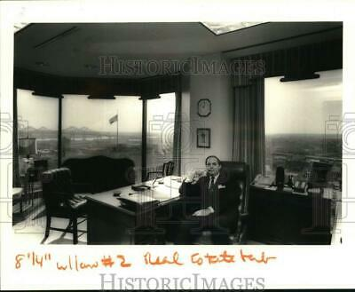 1987 Press Photo Lawyer Charles Snyder at his office in LL&E Tower - noc62854